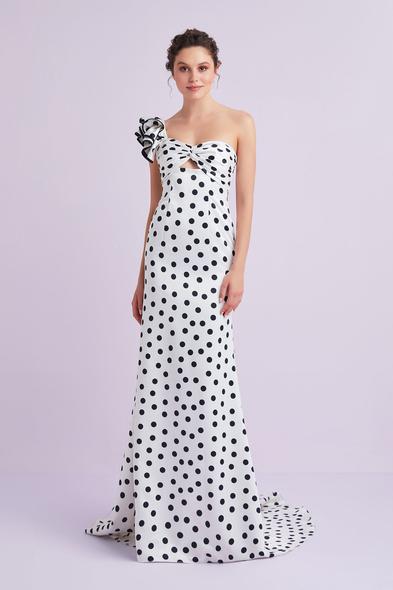 Viola Chan - Beyaz Öpücük Yaka Tek Omuz Puantiyeli Saten Uzun Elbise (1)