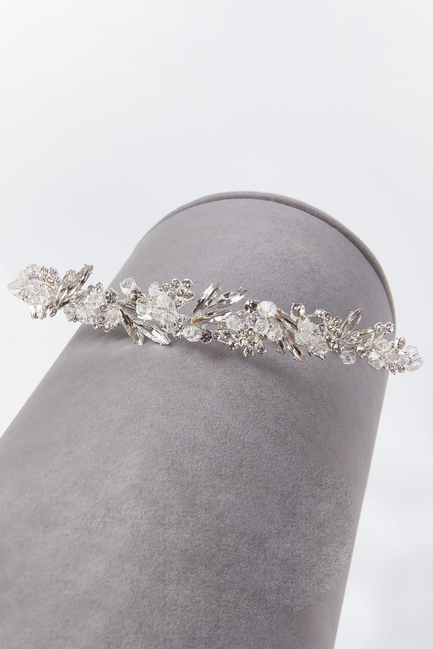 Gümüş Rengi Kristalli Çiçek Detaylı Gelin Tacı