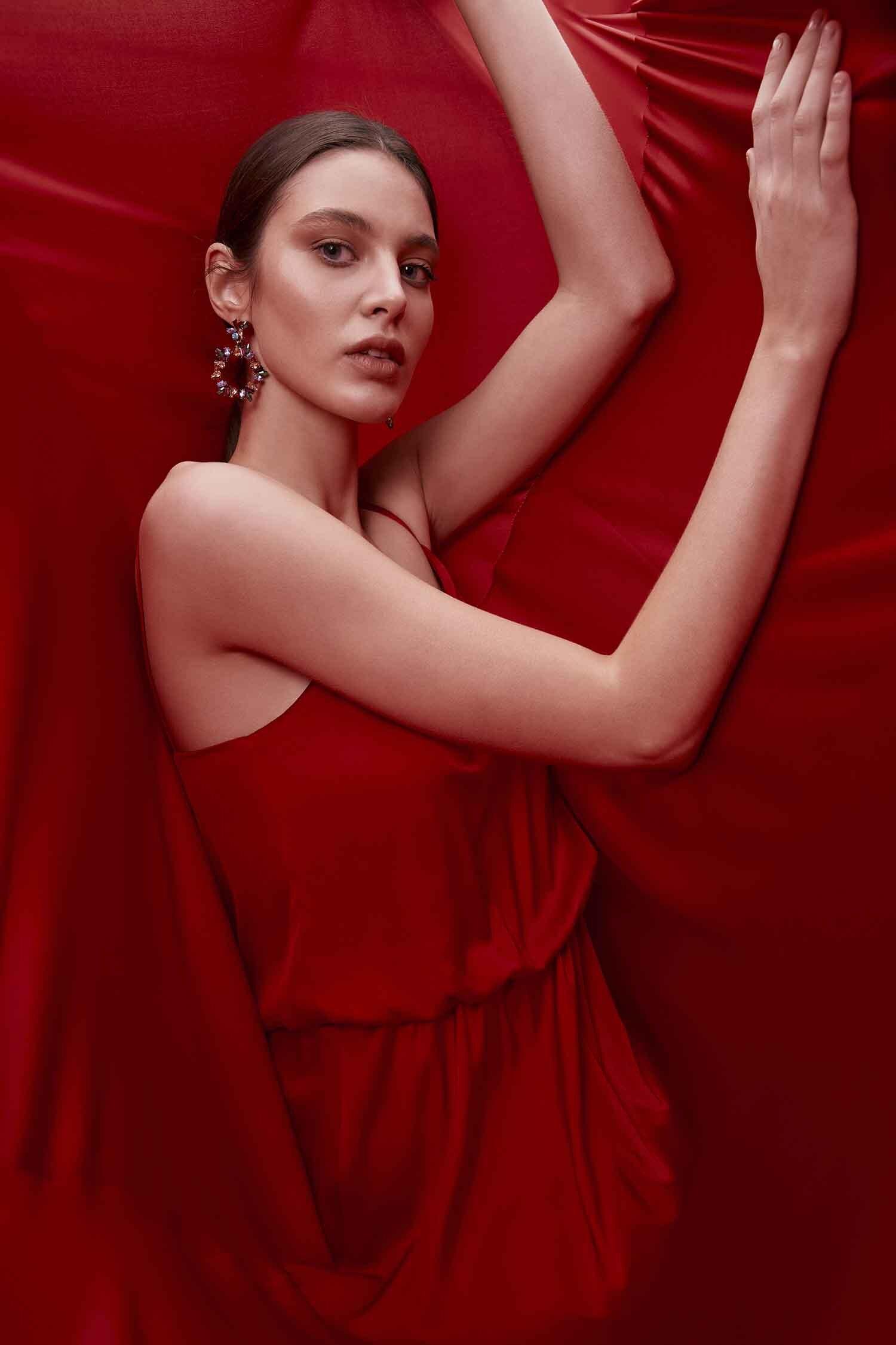 Kırmızı İnce Askılı V Yaka Belden Büzgülü Uzun Saten Elbise - Thumbnail