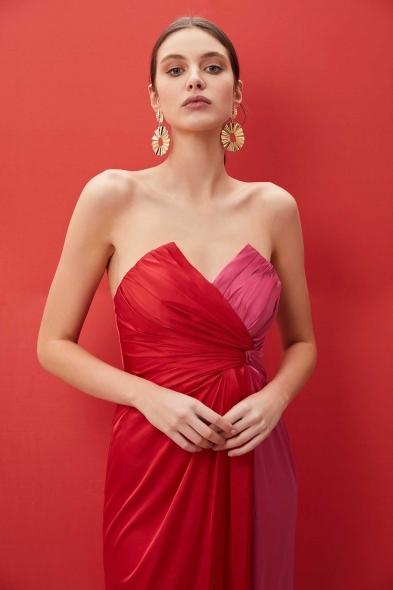 Viola Chan - Kırmızı Pembe Straplez Yırtmaçlı Uzun Elbise