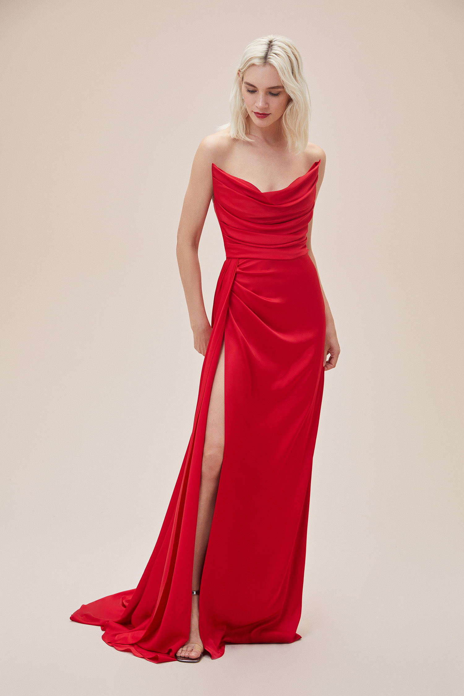 Kırmızı Straplez Yırtmaçlı Saten Uzun Abiye Elbise - Thumbnail