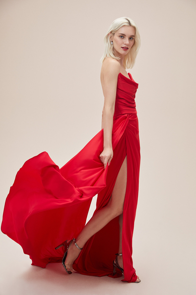 Alfa Beta - Kırmızı Straplez Yırtmaçlı Saten Uzun Abiye Elbise