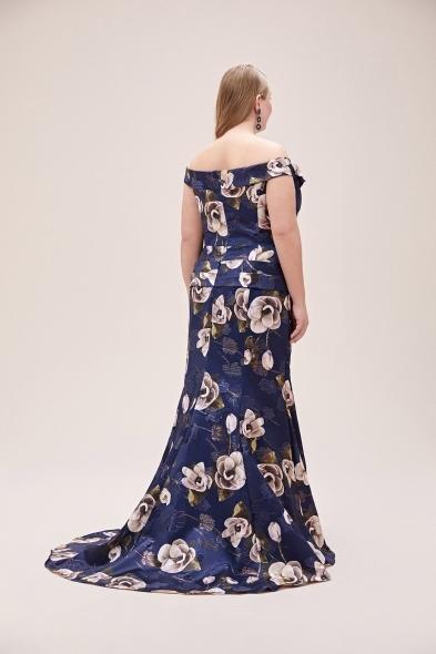 Viola Chan - Lacivert Çiçek Desenli Düşük Omuzlu Saten Uzun Büyük Beden Abiye Elbise (1)