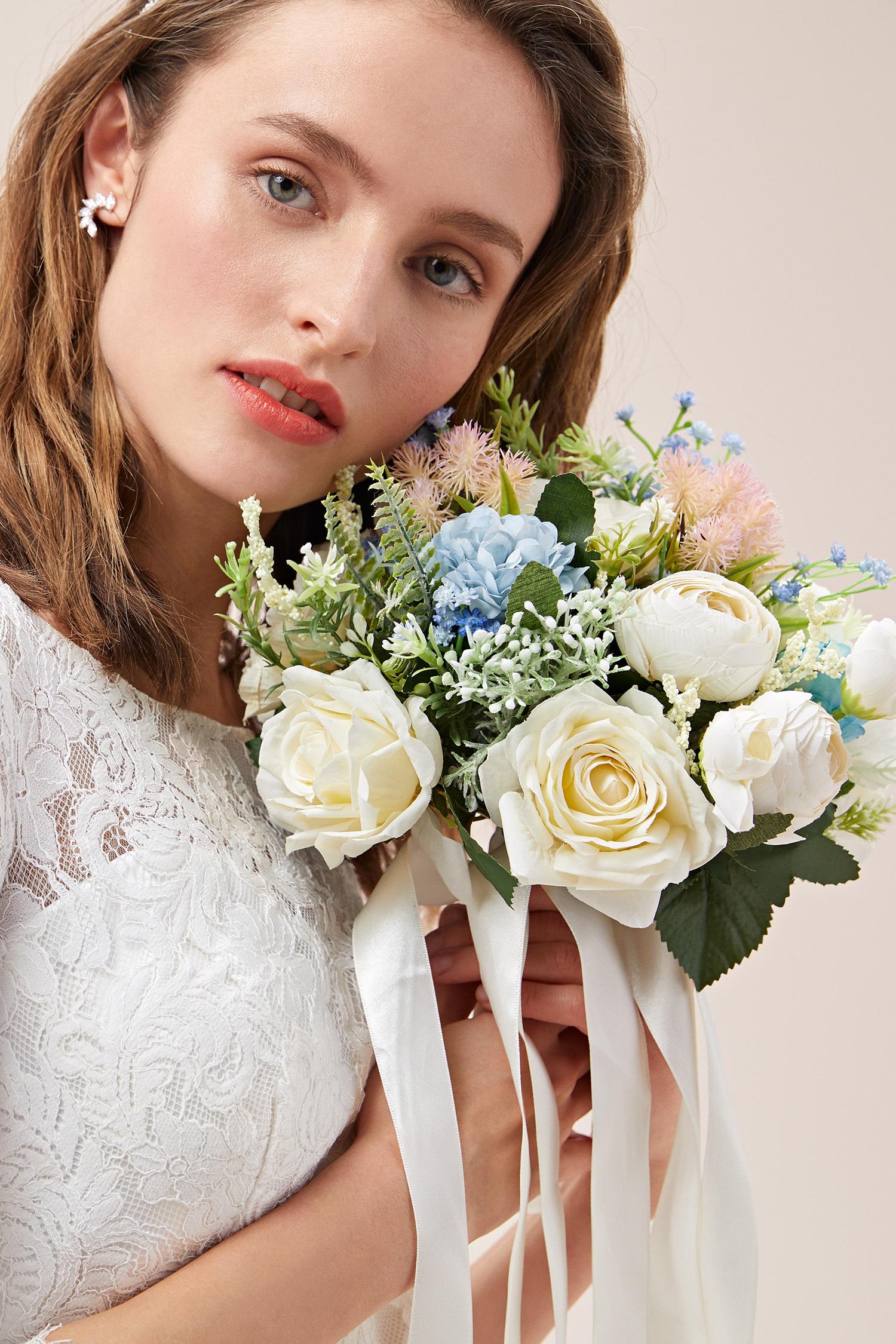 Renkli Çiçekli Beyaz Güllü Gelin Buketi