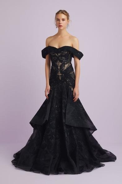 Viola Chan - Siyah Dantel İşlemeli Madonna Yaka Prenses Model Abiye Elbise (1)