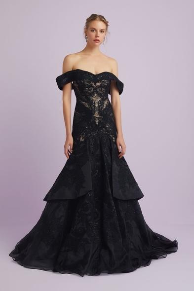 Viola Chan - Siyah Dantel İşlemeli Madonna Yaka Prenses Model Abiye Elbise