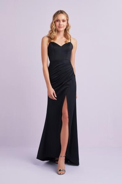 Viola Chan - Siyah İnce Askılı Kalp Yaka Yırtmaçlı Saten Uzun Elbise