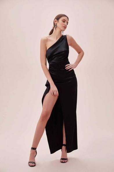 OLEG CASSINI TR - Siyah Tek Omuz Derin Yırtmaçlı Saten Elbise (1)