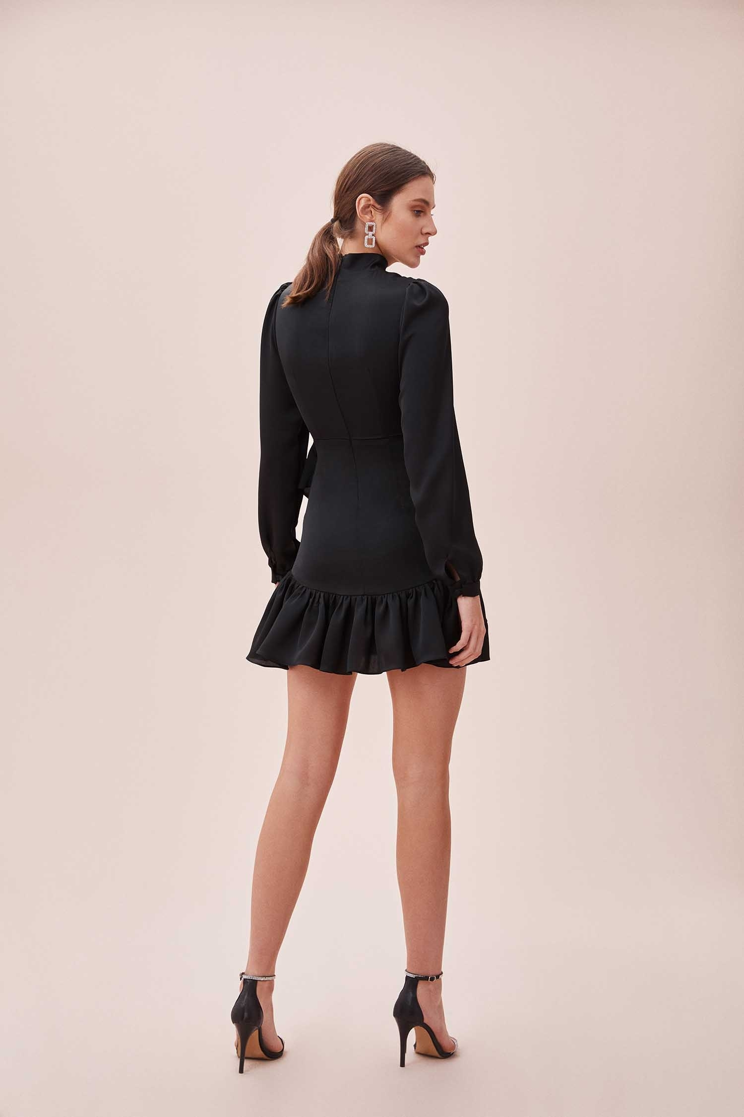 Siyah Yüksek Yaka Uzun Kollu Eteği Fırfırlı Mini Saten Elbise - Thumbnail