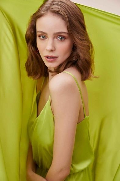 OLEG CASSINI TR - Yeşil İnce Askılı V Yaka Belden Büzgülü Uzun Saten Elbise